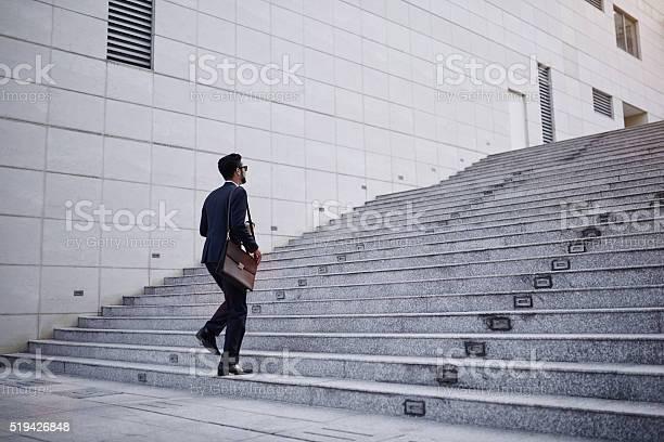 Geschäftsmann Auf Treppe Stockfoto und mehr Bilder von Treppe
