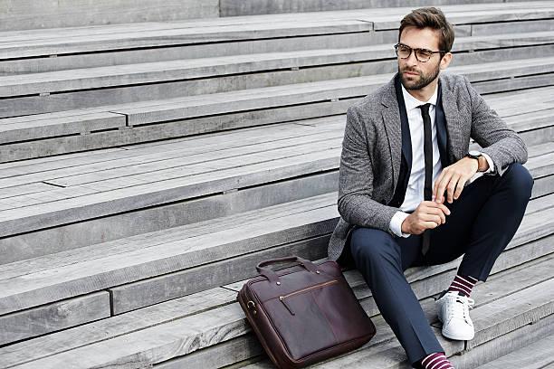 businessman on steps - moda masculina - fotografias e filmes do acervo