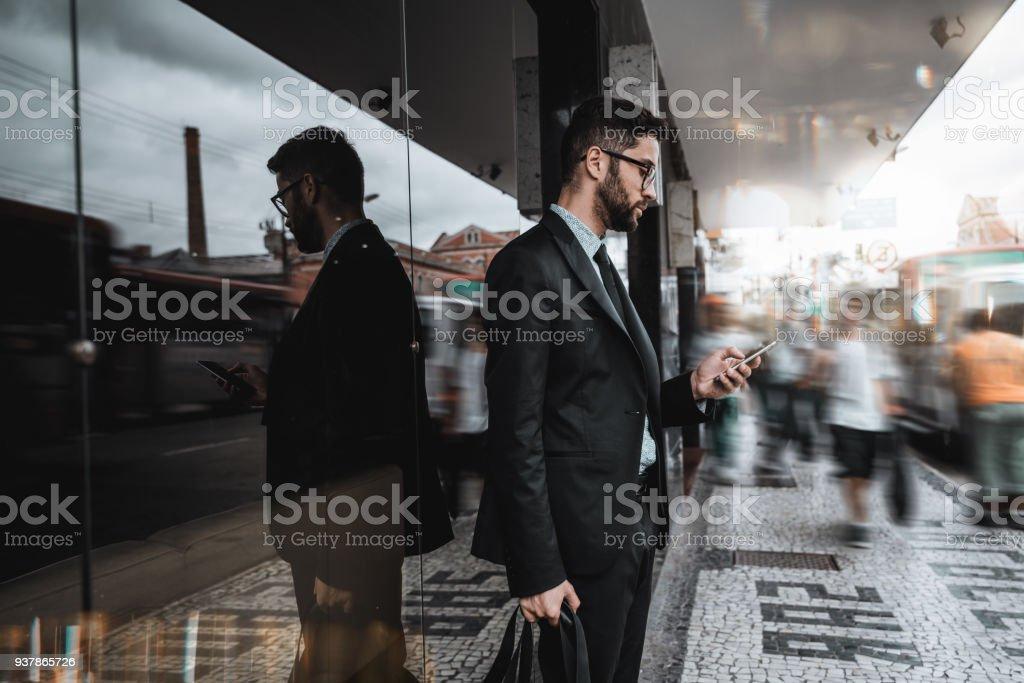 Geschäftsmann auf Straße mit Handy – Foto