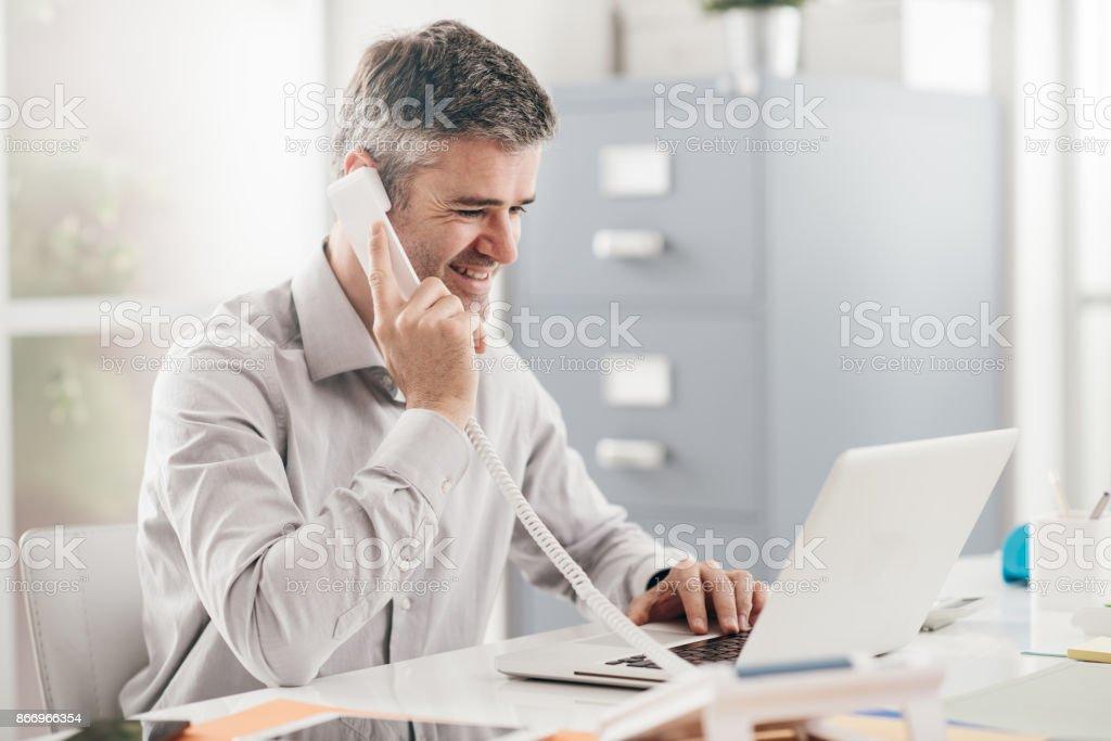 Empresário no telefone  - foto de acervo
