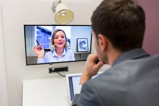 Geschäftsmann auf Videokonferenz mit Ihren Kollegen im Büro Arbeitsplatz – Foto