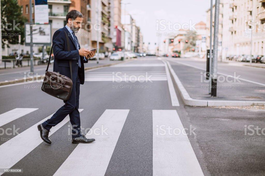 Geschäftsmann am Zebrastreifen - Lizenzfrei Am Telefon Stock-Foto
