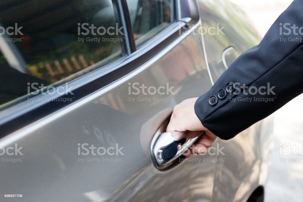 Geschäftsmann Autotür öffnen. Lizenzfreies stock-foto