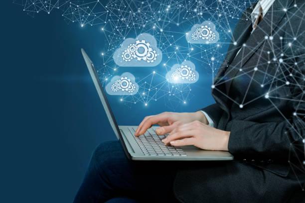 Ein Geschäftsmann, der mit dem Arbeitssystem der Datenspeicherung arbeitet. – Foto