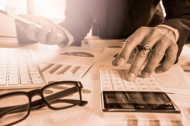 Geschäftsmann oder Buchhalter arbeiten am Rechner zur Berechnung der Daten Geschäftskonzept. Buchhaltung, Anlageberater, die Situation auf dem Finanzbericht Beratung und Planung eines marketing-Plans im Büro. – Foto