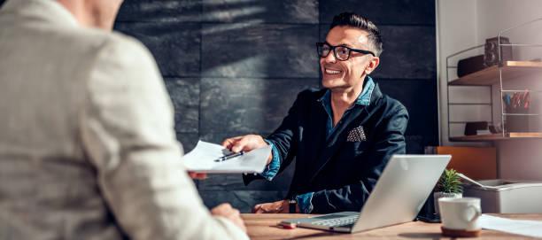 Geschäftsmann übergibt Vertrag an seinen Kunden – Foto