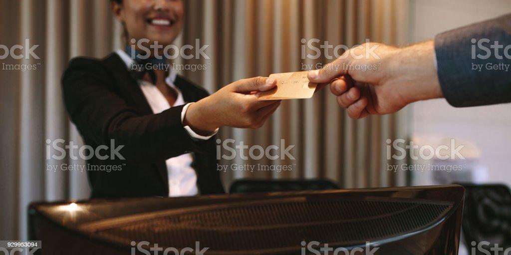 Homme d'affaires, payant pour chambre d'hôtel à la réception - Photo