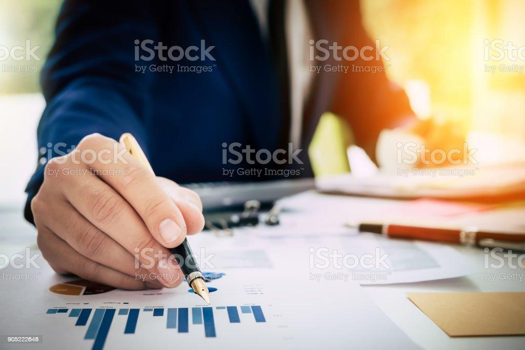 Geschäftsmann Stift zeigt Graph-Diagramm in diesem Monat und mit la – Foto