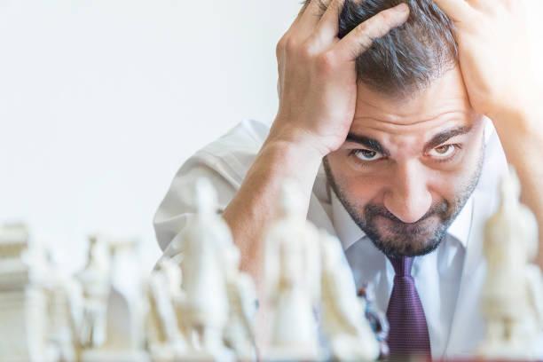 Homme d'affaires jouant aux échecs et perdre son jeu - Photo