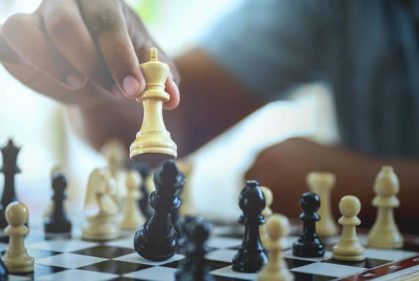 Geschäftsmann spielt Schachspiel. – Foto