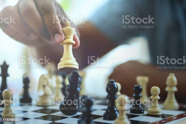 Businessman Playing Chess Game - Fotografias de stock e mais imagens de Agressão