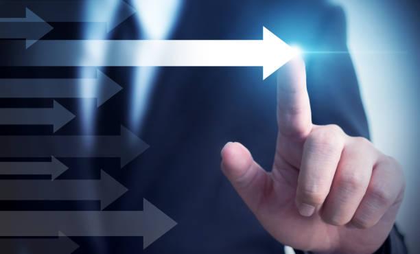 商人指著箭頭。業務成功的概念、影響者、意見領導者和基準 - 測量 個照片及圖片檔