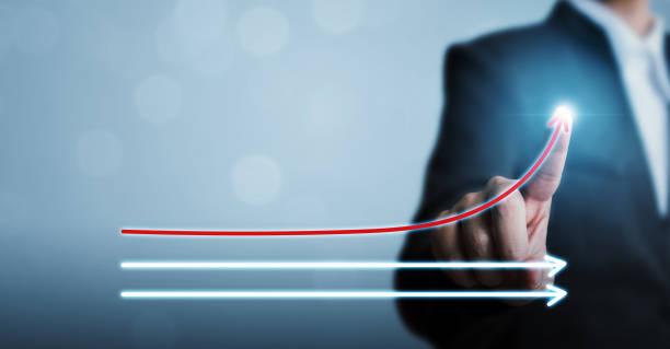 商人指著箭頭推動不斷增長的業務增長。企業成功、影響者、意見領袖、基準和思考的概念不同 - 測量 個照片及圖片檔