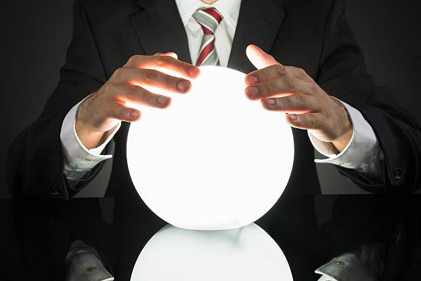 homme d'affaires prédiction avenir de bal crystal - boule de cristal photos et images de collection