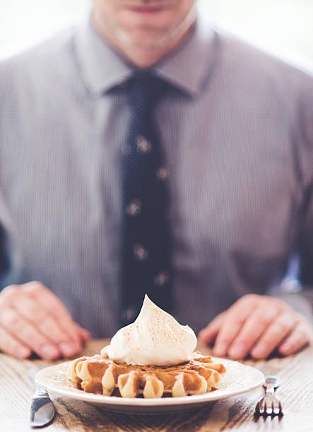 geschäftsmann, die zubereitung von essen seiner waffel - zimt waffeln stock-fotos und bilder