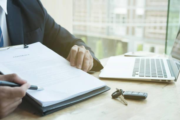 Unternehmer präsentieren Unterzeichnung Kaufvertrag mit Autoschlüssel an Kunden im Büro. Eigentum, Kunden und Verkäufer verkaufen Transportkonzept. – Foto