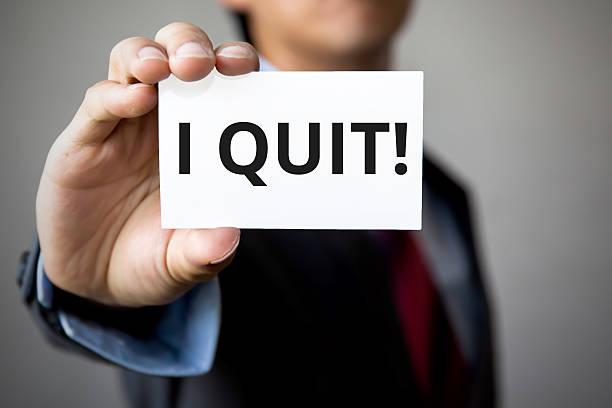 businessman presenting 'i quit' word on white card - ausscheiden stock-fotos und bilder