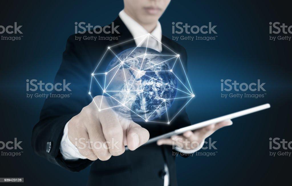 Foto de empresrio pressionando na conexo de rede global e dados empresrio pressionando na conexo de rede global e dados sobre fundo azul elementos ccuart Gallery