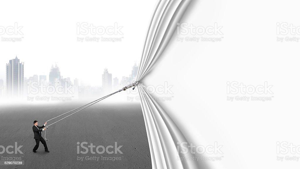 Geschäftsmann ziehen offene leere Vorhang auf grau Stadt – Foto