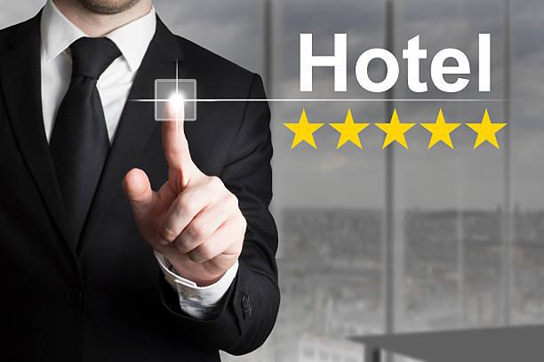 geschäftsmann schieben knopf hotel fünf-sterne-hotel - flugticket vergleich stock-fotos und bilder