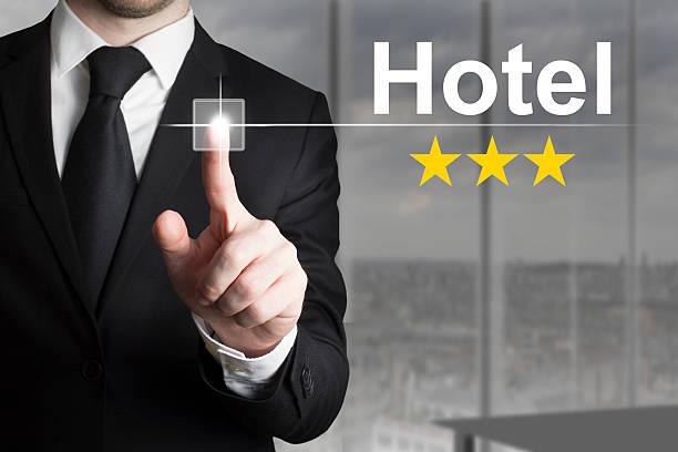 geschäftsmann schieben knopf drei-sterne-hotel - flugticket vergleich stock-fotos und bilder