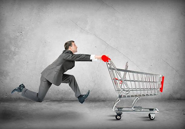 Homme d'affaires en poussant le panier d'achats - Photo
