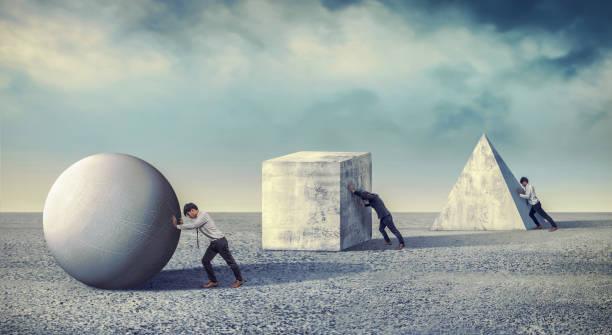 Geschäftsmann drückt den runden großen Stein. Unternehmen schwere Aufgaben und Probleme Konzept. Differenzierung der Arbeit – Foto
