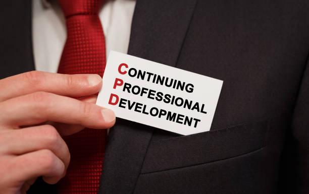 Geschäftsmann, indem eine Karte mit Text Continuing Professional Development in der Tasche – Foto