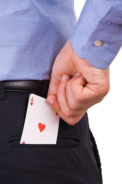 Empresário apresentar ace cartão de bolso de trás. - foto de acervo