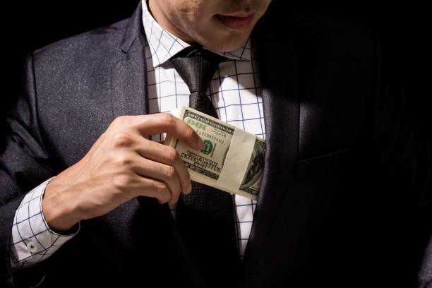 doları banknot cebine koyarak işadamı - bearn stok fotoğraflar ve resimler
