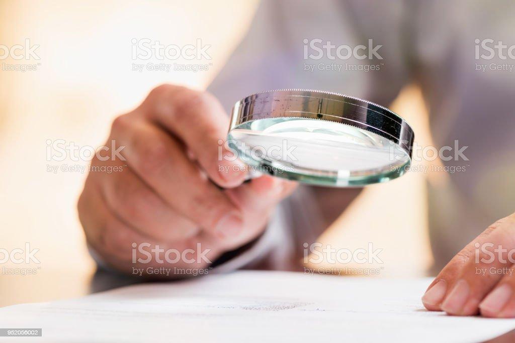 Geschäftsmann Lesung Vertragsdetails vor der Unterzeichnung – Foto
