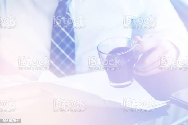Affärsman Läsa Dokument Ljus Toning-foton och fler bilder på Dokument