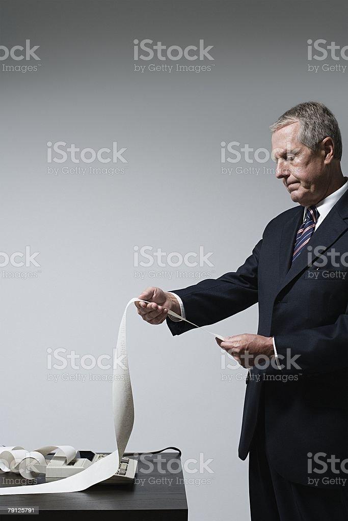 Ein Geschäftsmann liest Belege Lizenzfreies stock-foto