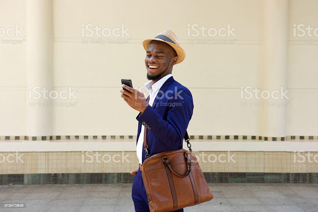 Empresário lendo mensagem de texto no telefone celular - foto de acervo