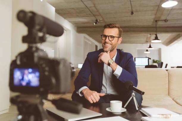 Geschäftsmann, die Aufnahme von Inhalten für seine vlog – Foto