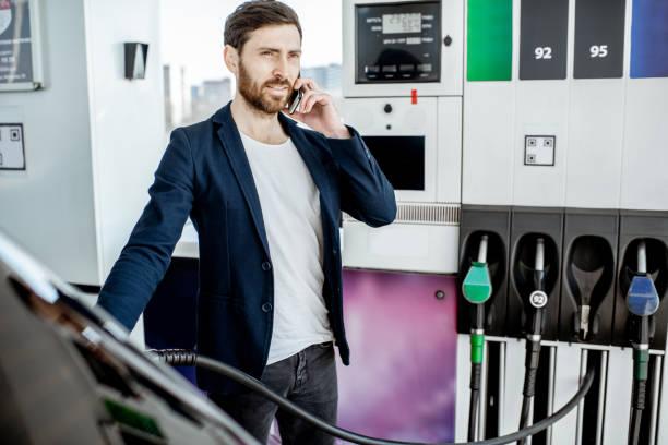Geschäftsmann tanken Auto am Bahnhof – Foto