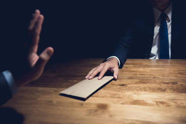 封筒でお金を拒否するビジネスマン - 腐敗 ストックフォトと画像