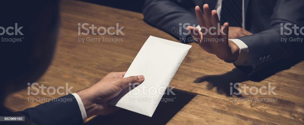 Geschäftsmann Ablehnung Geld im weißen Umschlag angeboten von seinem Partner in der Dunkelheit, anti-Bestechung-Konzept – Foto