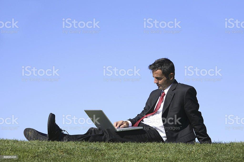 Empresario relajante en hierba foto de stock libre de derechos
