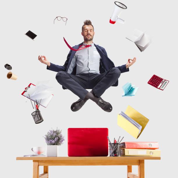 geschäftsmann, entspannung im büro, während seine arbeit leistet - yoga fürs büro stock-fotos und bilder