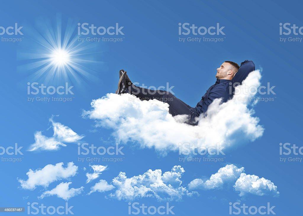 Geschäftsmann entspannend auf einer Wolke – Foto