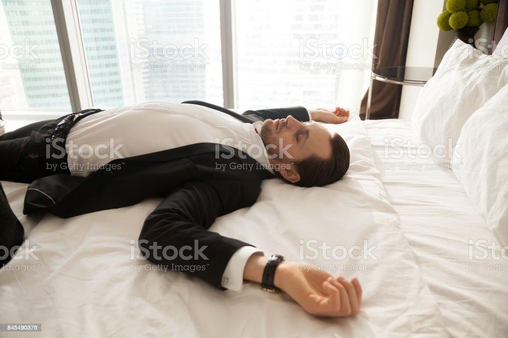 Homme d'affaires à la maison de repos après une dure journée de travail - Photo
