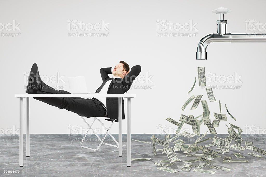 Hombre de negocios, descanse en una silla y Grifo de - foto de stock