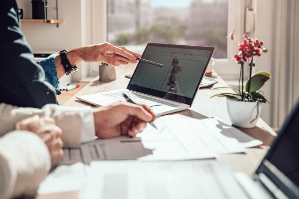 homme d'affaires examinant le calendrier de projet - chef de projet photos et images de collection