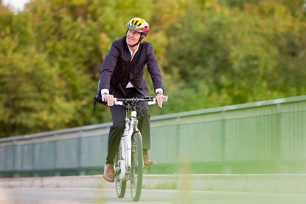 geschäftsmann reiten fahrrad auf der brücke - elektrorad stock-fotos und bilder