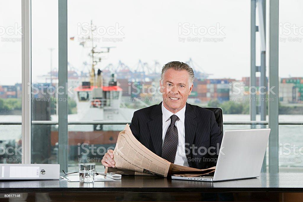 Empresário sentado na mesa foto de stock royalty-free