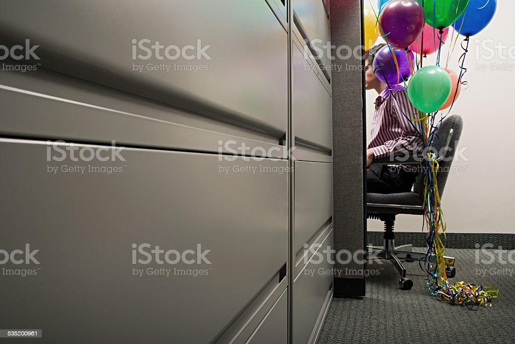 Homme d'affaires et le samedi avec ballons nouée à son fauteuil - Photo