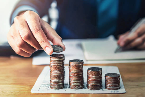 Geschäftsmann sparan, Geld zu sparen. Hand halten Münze strack. Finanzen und Buchhaltung – Foto