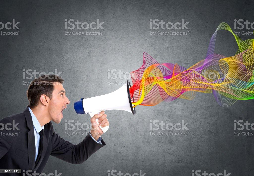 Geschäftsmann schreit mit Megafon – Foto