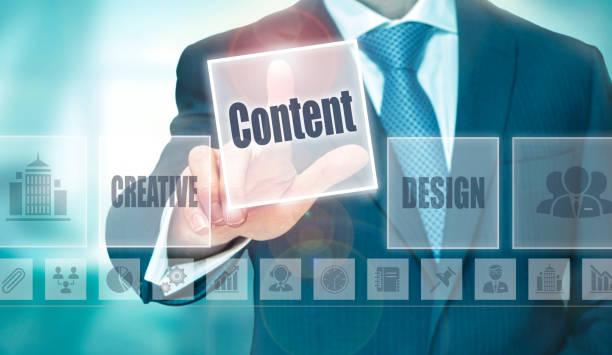 een zakenman te selecteren van een content concept-knop - schepping stockfoto's en -beelden